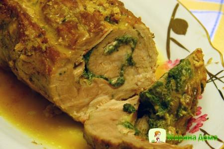 Рулет из свинины с беконом, сыром и шпинатом