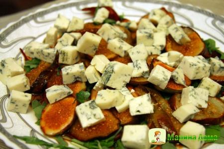 Салат с инжиром и сыром с голубой плесенью