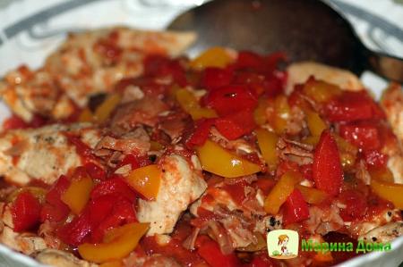 Куриные грудки с перцем, помидорами и каперсами