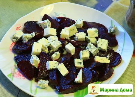 Салат из запеченной маринованной свеклы с сыром с плесенью