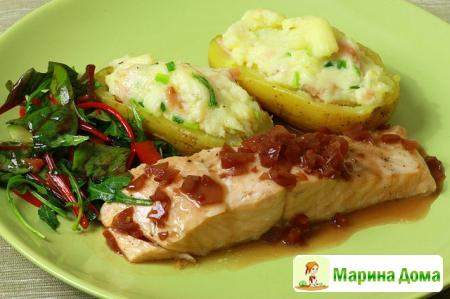 Семга с соусом Бер руж и картофелем, фаршированным копченым лососем