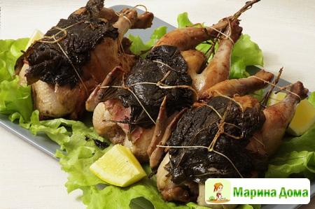 Цыплята-корнишоны с беконом в виноградных листьях