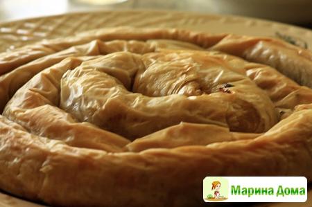 Пирог из теста фило с пряной мясной начинкой