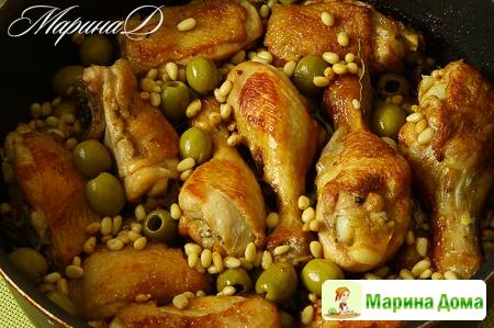 Курица с оливками и кедровыми орехами
