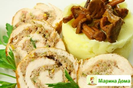 Рулет из курицы с картофельным пюре и лисичками