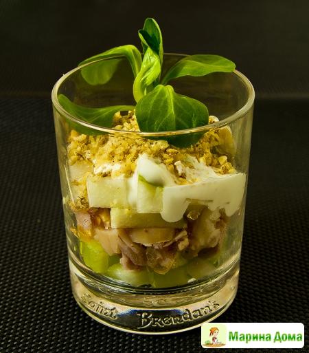 Салат из копченой курицы с грушей, сельдереем и грецким орехом