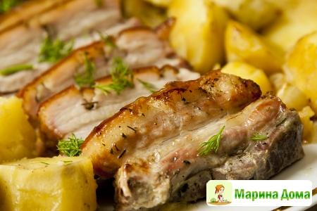 Медленно запеченная свиная грудинка  с картофелем а-ля буланжер