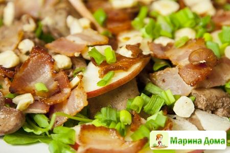 Салат из куриной печени, фундука, бекона и яблока