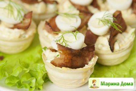 Тарталетки с хрустящим беконом и перепелиными яйцами