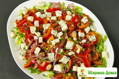 Маринованные помидоры с красным луком и сыром