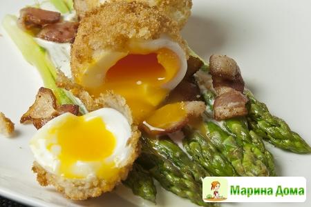 Роскошный завтрак - спаржа, яйца и бекон