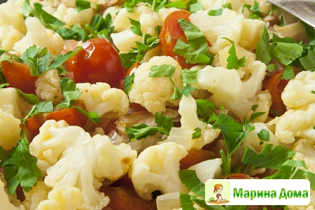 Цветная капуста с беконом и помидорами