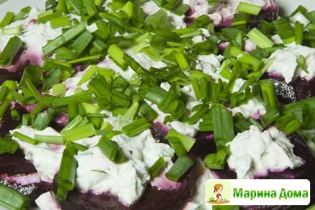 Салат из маринованной свеклы и мягкого сыра