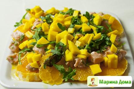 Салат с семгой, манго и апельсином