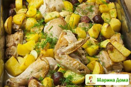 Курица с картофелем и копчеными колбасками