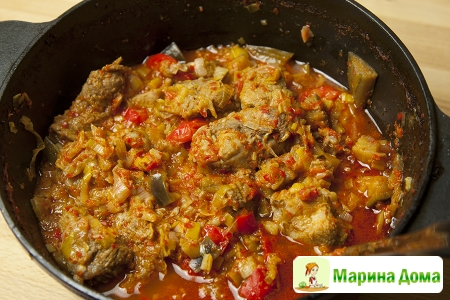 Свинина, тушеная с вином и луком-пореем (молдавская кухня)