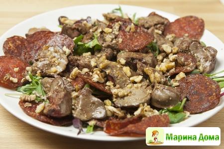 Салат из куриной печени с колбасой чоризо