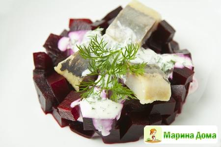 Салат с маринованной свеклой, сельдью и соусом с хреном