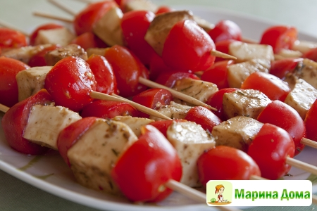 Маринованная моцарелла с помидорами на шпажках