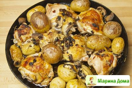 Курица с розмарином и молодым картофелем в сковороде