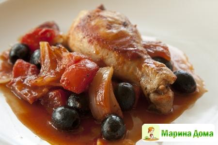 Запеченные куриные ножки с помидорами, беконом и маслинами