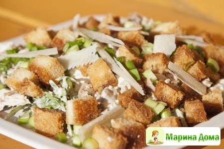 Салат с курицей, пармезаном и гренками