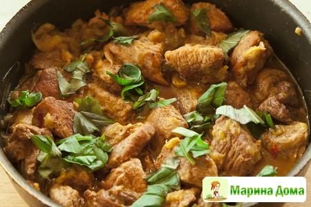 Жареная свинина с луком-пореем, перцем и вином (tigania) Греческая кухня