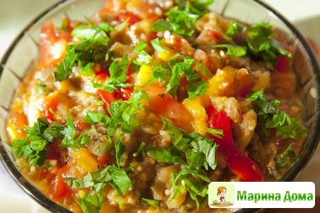 Салат из баклажанов с помидорами и перцем
