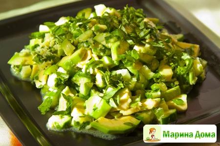 Салат из огурца и авокадо с острой заправкой