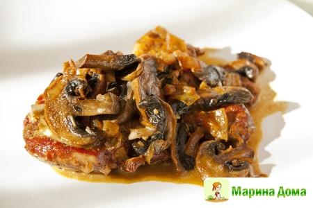 Свинина в яблочном соке  со сливками и грибами