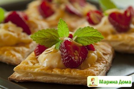 Десертные пирожные из слоеного теста и клубники