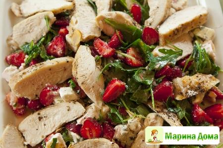 Салат из рукколы с курицей, клубникой, сыром с голубой плесенью и миндалем
