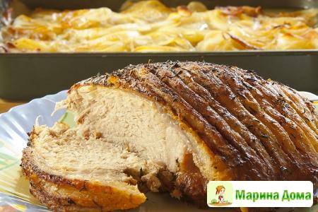 Окорок с картофелем а-ля буланжер  и яблочным соусом
