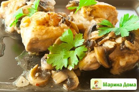 Курица на сковороде с чесноком и грибами