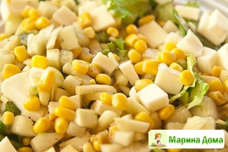 Салат с огурцом, кукурузой и цуккини
