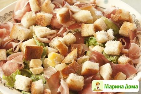 Салат с моцареллой и вяленой ветчиной (типа брезаола или прошутто)