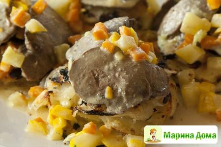 Куриная печенка с ароматными галеты из картофеля в сервировочных кольцах