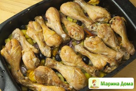 Куриные голени с картофелем, баклажаном и  травами