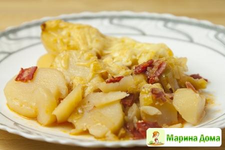 Запеканка из картофеля, лука порея и бекона
