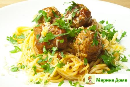 Котлетки  в томатном соусе  со спагеттини