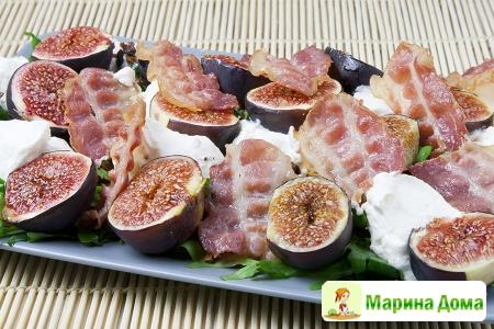 Руккола с инжиром, рикоттой, беконом и миндалем (пошаговый рецепт)