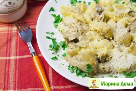 Макароны с жареной курицей и шафрановым соусом