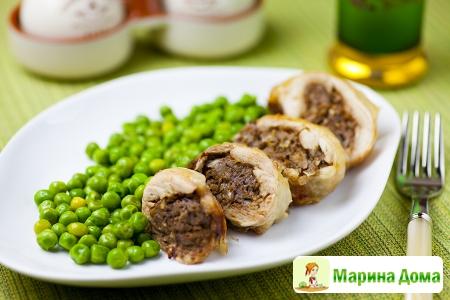 Куриные окорочка, фаршированные печенкой, с зеленым горошком