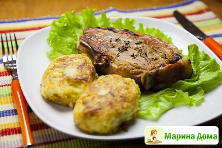 Свиная отбивная с котлетами из картофеля и лука-порея