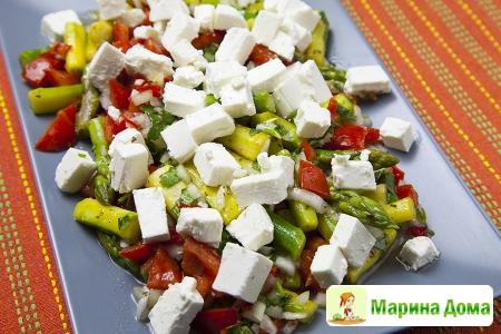 Салат со спаржей, кинзой, перцем чили, помидорами и фетой