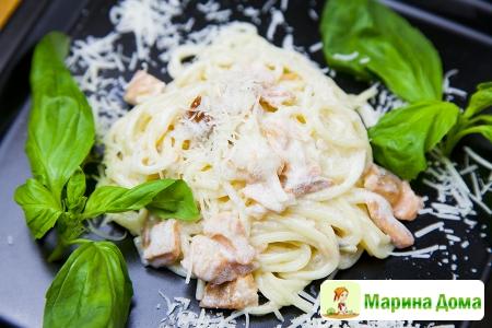 Спагетти с копченой форелью