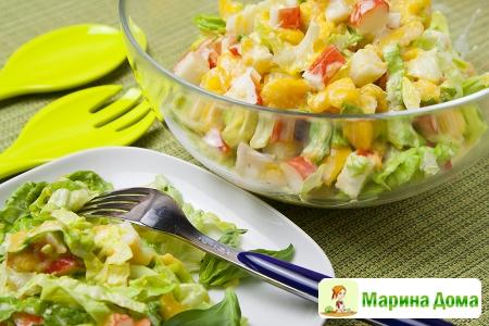 Экзотический салат с крабовыми палочками