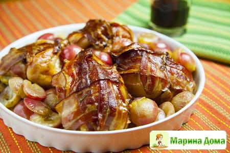 Цыплята-корнишоны с ароматным маслом, беконом и виноградом