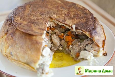 Пирог из блинчиков с рагу из курицы