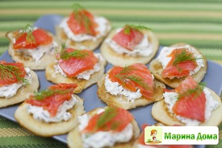 Оладьи с мягким сыром и семгой  – идея к Масленице